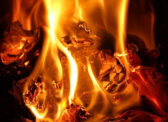 papel ardiendo en fuego